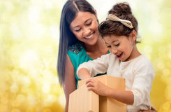 Ευτυχές κορίτσι μητέρων και παιδιών με το κιβώτιο δώρων Στοκ φωτογραφίες με δικαίωμα ελεύθερης χρήσης