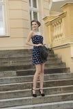 Ευτυχές κορίτσι μόδας υπαίθριο στοκ εικόνες με δικαίωμα ελεύθερης χρήσης