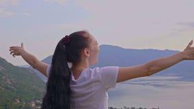 Ευτυχές κορίτσι πάνω από ένα βουνό φιλμ μικρού μήκους