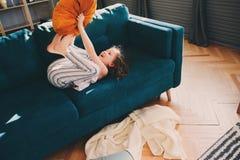 ευτυχές κορίτσι παιδιών που έχει τη διασκέδαση στο σπίτι στο οκνηρό Σαββατοκύριακο Στοκ Φωτογραφία