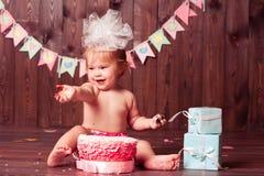 Ευτυχές κορίτσι παιδιών με το κέικ Στοκ φωτογραφίες με δικαίωμα ελεύθερης χρήσης
