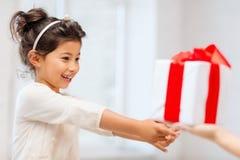 Ευτυχές κορίτσι παιδιών με το κιβώτιο δώρων Στοκ Εικόνες