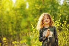 Ευτυχές κορίτσι παιδιών στην κίτρινη φανέλλα που περπατά στο θερινό ηλιόλουστο δάσος Στοκ Φωτογραφία