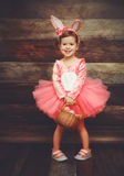 Ευτυχές κορίτσι παιδιών στο κουνέλι λαγουδάκι Πάσχας κοστουμιών με τα αυγά καλαθιών Στοκ Φωτογραφία