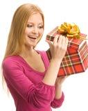 Ευτυχές κορίτσι που ανοίγει ένα κιβώτιο δώρων Στοκ Εικόνα