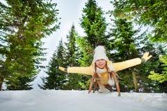 Ευτυχές κορίτσι που απολαμβάνει έναν γύρο ελκήθρων στο δάσος Στοκ Εικόνες