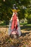 Ευτυχές κορίτσι που βρίσκεται στα κίτρινα φύλλα φθινοπώρου στοκ εικόνες με δικαίωμα ελεύθερης χρήσης