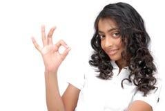 Ευτυχές κορίτσι που κάνει ένα ΕΝΤΑΞΕΙ σημάδι Στοκ φωτογραφία με δικαίωμα ελεύθερης χρήσης