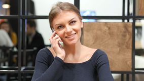 Ευτυχές κορίτσι που μιλά σε Smartphone, πορτρέτο στην αρχή Στοκ φωτογραφίες με δικαίωμα ελεύθερης χρήσης