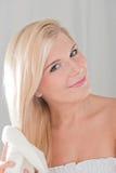 Ευτυχές κορίτσι που ξεραίνει το τρίχωμά της με μια πετσέτα Στοκ Εικόνες