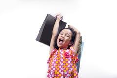 Ευτυχές κορίτσι που παρουσιάζει έκφραση μετά από να ψωνίσει στοκ φωτογραφίες