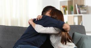 Ευτυχές κορίτσι που παρουσιάζει αποτέλεσμα της δοκιμής εγκυμοσύνης στο συνεργάτη της απόθεμα βίντεο