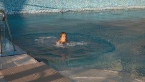 Ευτυχές κορίτσι που πηδά στη λίμνη και το γέλιο στοκ φωτογραφίες με δικαίωμα ελεύθερης χρήσης