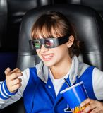 Ευτυχές κορίτσι που προσέχει τον τρισδιάστατο κινηματογράφο στο θέατρο Στοκ Εικόνες