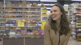 Ευτυχές κορίτσι που στέκεται στην υπεραγορά Στοκ φωτογραφίες με δικαίωμα ελεύθερης χρήσης