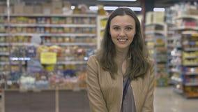 Ευτυχές κορίτσι που στέκεται στην υπεραγορά Στοκ Εικόνες