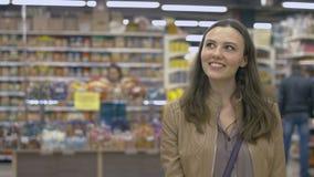 Ευτυχές κορίτσι που στέκεται στην υπεραγορά Στοκ Εικόνα