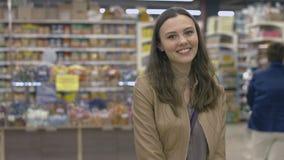 Ευτυχές κορίτσι που στέκεται στην υπεραγορά Στοκ Φωτογραφία
