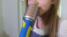 Ευτυχές κορίτσι που τραγουδά κοντά επάνω απόθεμα βίντεο