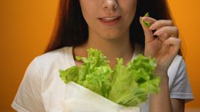 Ευτυχές κορίτσι που τρώει το μαρούλι, χαμηλή χορτοφάγος διατροφή εξαερωτήρων, οργανική τροφή, υγειονομική περίθαλψη απόθεμα βίντεο