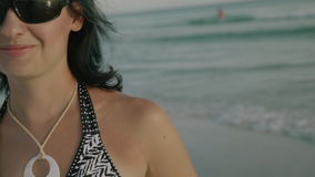 Ευτυχές κορίτσι που χαμογελά στη κάμερα που απολαμβάνει την παραλία στη φλόγα φακών ήλιων ηλιοβασιλέματος φιλμ μικρού μήκους