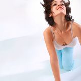 Ευτυχές κορίτσι που χορεύει με το χαμόγελο στοκ φωτογραφίες