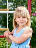 Ευτυχές κορίτσι σε μια γυμναστική ζουγκλών Στοκ εικόνα με δικαίωμα ελεύθερης χρήσης