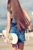 Ευτυχές κορίτσι σκέιτερ Στοκ Φωτογραφίες
