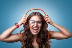 Ευτυχές κορίτσι στα ακουστικά που ακούει τη μουσική Στοκ Φωτογραφία