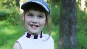 Ευτυχές κορίτσι στα χαμόγελα ΚΑΠ φιλμ μικρού μήκους