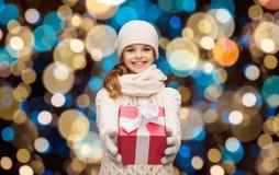 Ευτυχές κορίτσι στα χειμερινά ενδύματα με το κιβώτιο δώρων Στοκ εικόνες με δικαίωμα ελεύθερης χρήσης