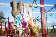 Ευτυχές κορίτσι στην παιδική χαρά στοκ φωτογραφία