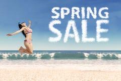 Ευτυχές κορίτσι στην παραλία με την πώληση άνοιξη Στοκ Εικόνα