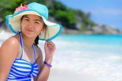 Ευτυχές κορίτσι στην παραλία στην Ταϊλάνδη στοκ εικόνα