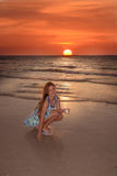 Ευτυχές κορίτσι στην παραλία στο ηλιοβασίλεμα Στοκ Φωτογραφία