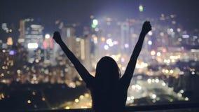Ευτυχές κορίτσι στη στέγη τη νύχτα απόθεμα βίντεο