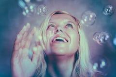 Ευτυχές κορίτσι στη χώρα των θαυμάτων Στοκ Φωτογραφίες