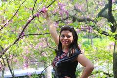 Ευτυχές κορίτσι στον όμορφο κήπο Στοκ εικόνες με δικαίωμα ελεύθερης χρήσης