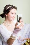 Ευτυχές κορίτσι στο άσπρο φόρεμα δαντελλών που χαμογελά και που κάνει Στοκ φωτογραφία με δικαίωμα ελεύθερης χρήσης