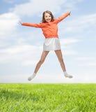 Ευτυχές κορίτσι στο άλμα περιστασιακών ενδυμάτων υψηλό Στοκ φωτογραφία με δικαίωμα ελεύθερης χρήσης