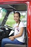 Ευτυχές κορίτσι στο αυτοκίνητο πυροσβεστών Στοκ φωτογραφία με δικαίωμα ελεύθερης χρήσης