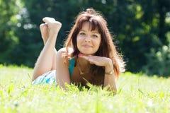 Ευτυχές κορίτσι στο λιβάδι χλόης Στοκ εικόνα με δικαίωμα ελεύθερης χρήσης