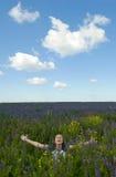 Ευτυχές κορίτσι στο πεδίο Στοκ φωτογραφία με δικαίωμα ελεύθερης χρήσης