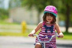 Ευτυχές κορίτσι στο ποδήλατο στοκ εικόνα