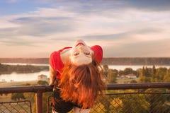 Ευτυχές κορίτσι τη θερινή ημέρα στοκ εικόνα