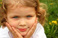 Ευτυχές κορίτσι υπαίθρια Στοκ εικόνες με δικαίωμα ελεύθερης χρήσης