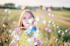 Ευτυχές κορίτσι υπαίθριο Στοκ Εικόνες