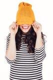 Ευτυχές κορίτσι φθινοπώρου ή χειμώνα που καλύπτει το πρόσωπο με το μαλλί ΚΑΠ Στοκ Φωτογραφία