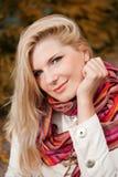 Ευτυχές κορίτσι Beautifull σε ένα πάρκο φθινοπώρου Στοκ εικόνα με δικαίωμα ελεύθερης χρήσης