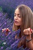 Ευτυχές κορίτσι lavender στον τομέα Στοκ Εικόνες